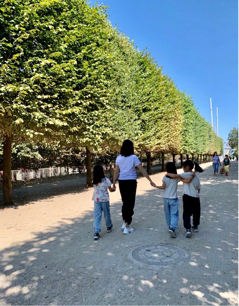 47岁黎姿带孩子去旅游,穿白T搭黑色运动裤,活成24岁的样子