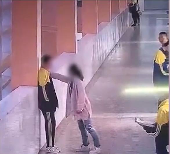 武汉14岁初中生因打牌被家长扇耳光后,转身就从五楼跳下,经抢救无效身亡