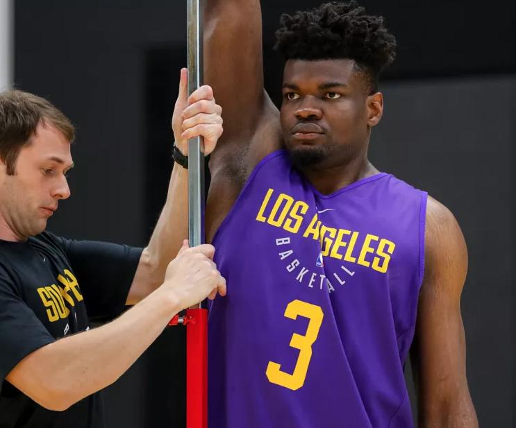 湖人試訓了一個超級天賦怪:臂展2米32本屆選秀第一,垂直彈跳94公分本屆第三!-籃球網
