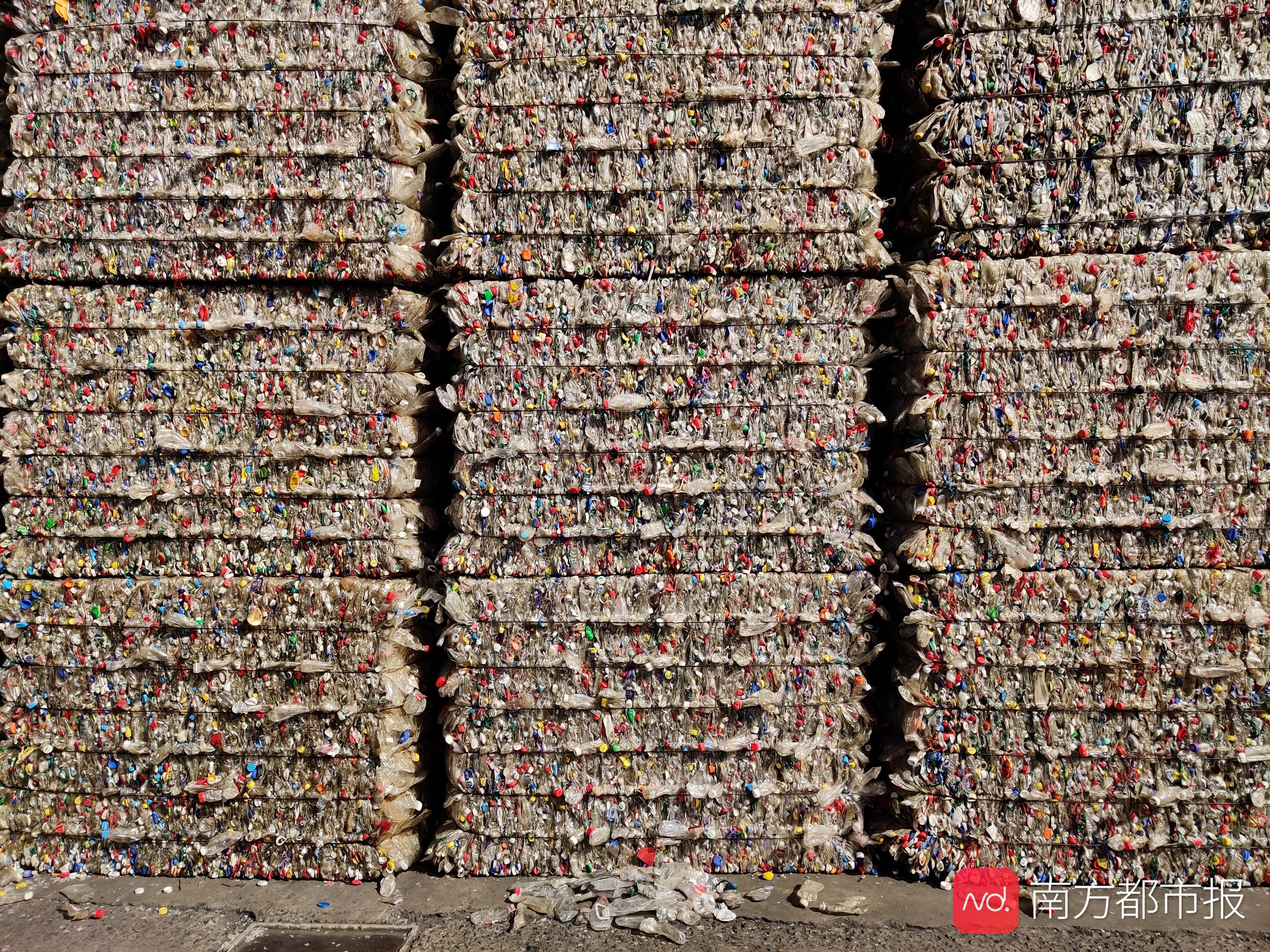 """揭秘废弃塑料如何""""重生"""",经回收利用成为衣服、瓶子、零件……"""
