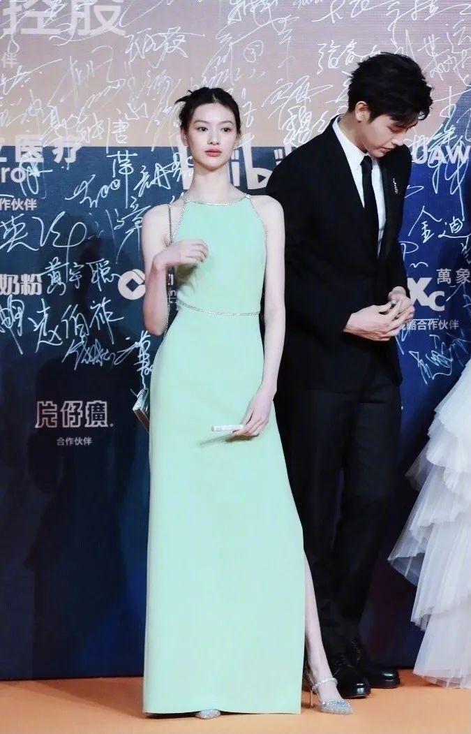 提问,那个穿绿裙子的长腿妹子是谁?