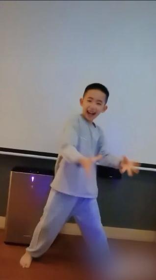 應采兒曬兒子Jasper光腳跳舞視頻:自己覺得帥氣到模糊