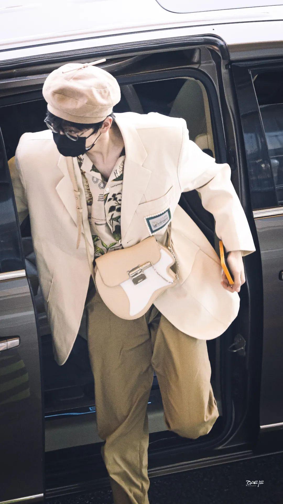 赵丽颖、杨幂、黄旭熙、周柯宇、张嘉元、刘彰等人现身机场;鞠婧祎、米卡新代言官宣;刘宇宁、毛不易、张新成新歌上线