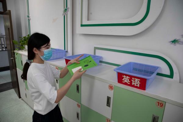 学生还没来,老师先操练,黄浦区这所中学,老师和机器人防疫忙……