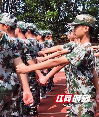 永州市京剑学校初一新生军训结束:铭记军训精神 迈好青春正步