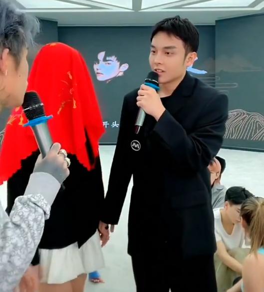 Heat of Yan Shihang random loiter, match piggy gentleman and Han Anran, show cummer reaction is too wonderful