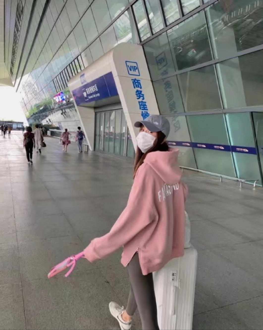 张子萱坐高铁回京看女儿,穿粉色卫衣显少女,为避免争议脚下垫纸
