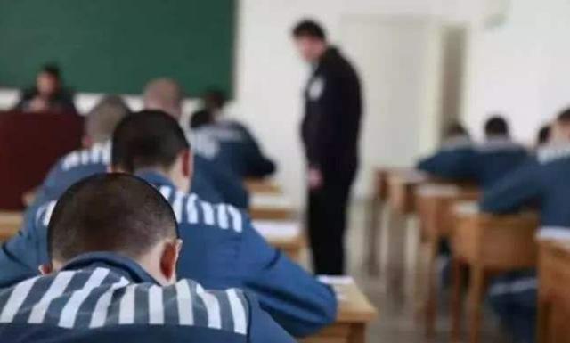 """香港教材给学生灌输""""乱港""""思想?家长怒了:根本就是鼓励犯罪"""
