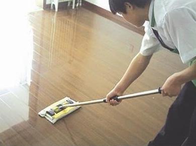 地板沾水濕滑,家里老人孩子易摔倒怎么辦