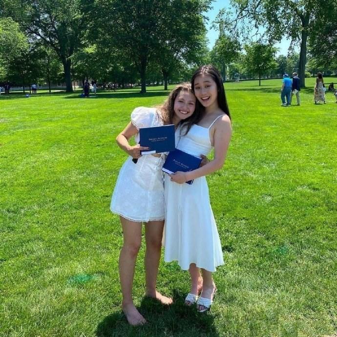 李连杰小女儿穿小白裙拍毕业照,微胖身材也惊艳,遗传了利智优点