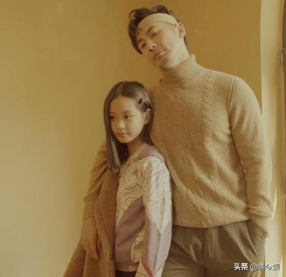 张伦硕和2个继女拍家庭戏剧玩得嗨,爸爸性感有型女儿们有明星范
