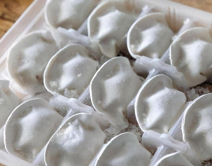 煮冻饺子,什么时候下锅合适?教你正确做法,不开裂不露馅,特香