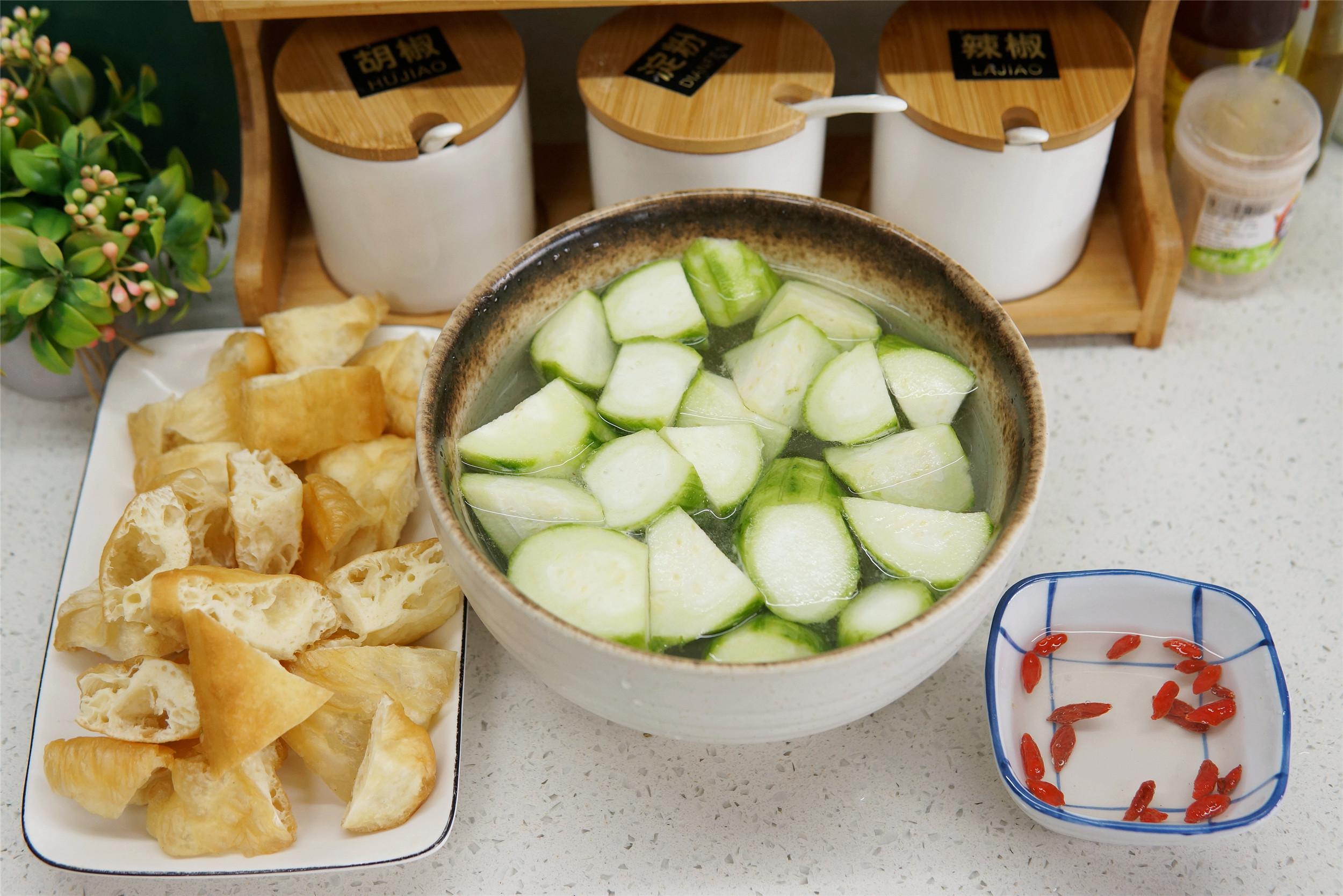 夏天没胃口,用丝瓜和油条巧搭配,想不到的好吃,次次吃不烦
