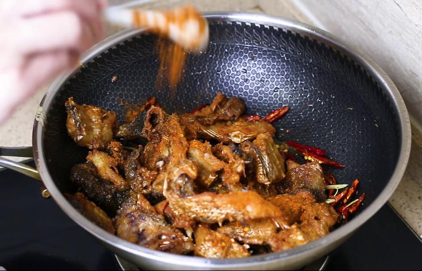 做鱼丸剩下的鱼头不要丢,大厨教你一种做法,香辣好吃又下酒 美食做法 第8张
