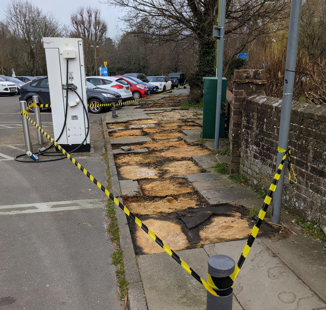 奇葩!英国小镇人行道被盗,一夜之间被全部挖走,连村民都懵了…