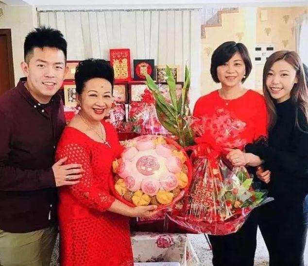 走进薛家燕在香港的豪宅,如今出道60年了,家里沙发却还是布艺的