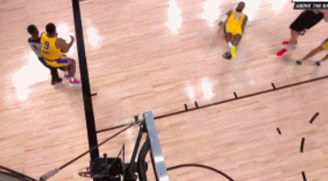【影片】剎不住車!Rondo為救球不慎直接撞飛底線裁判,金塊後補席打趣:惡犯了啊!-籃球圈