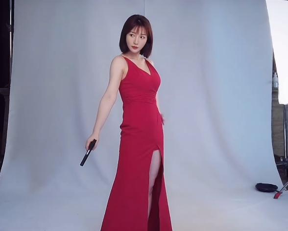 41岁柳岩红裙特工穿深V高开叉吊带裙镜头前显娇羞,身材丰满依旧性感
