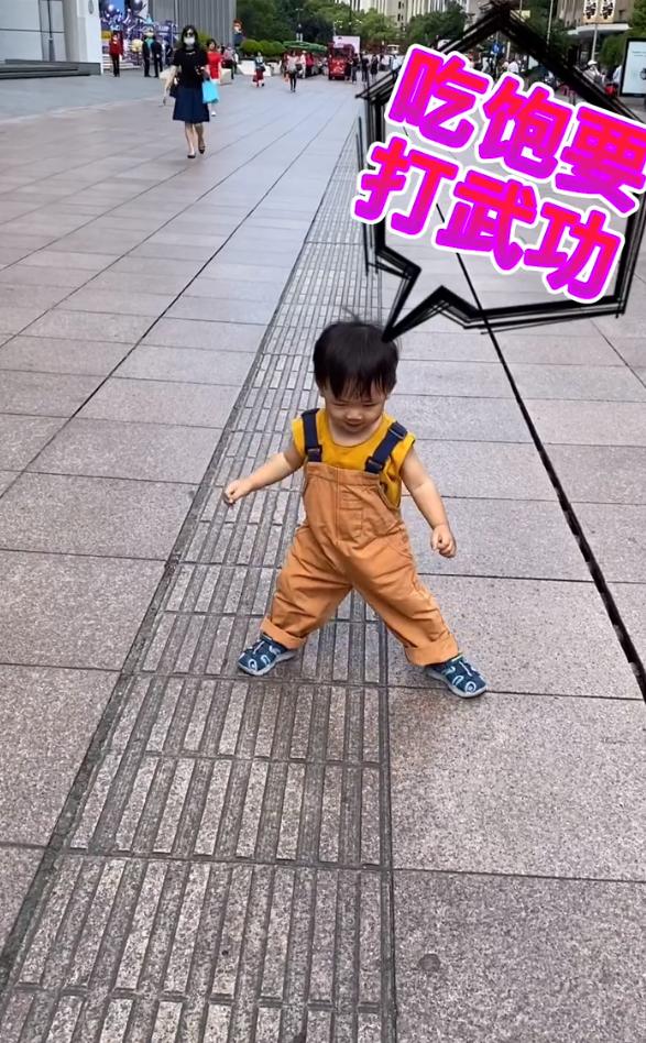 蔡少芬公园遛娃,2岁鱼蛋撸起袖子拿着竹竿,似执剑行侠仗义萌翻