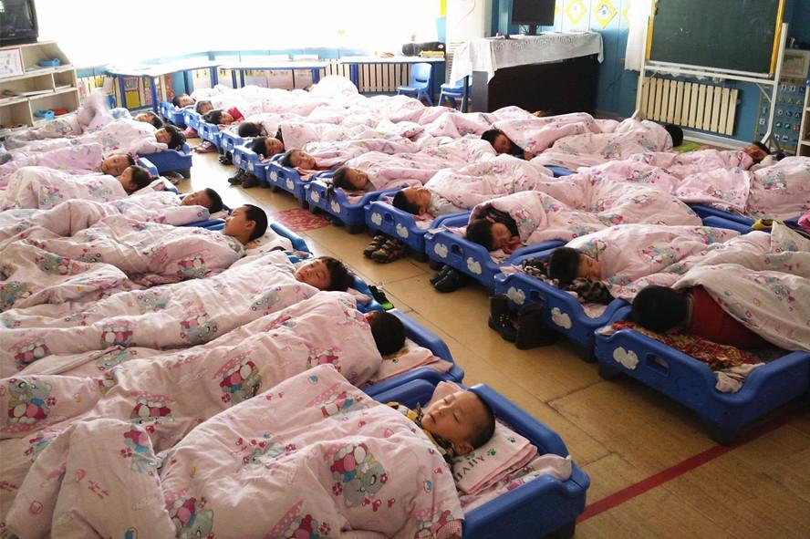 幼儿园老师在群里晒照,家长却吵成一锅粥:怎么能睡在一起