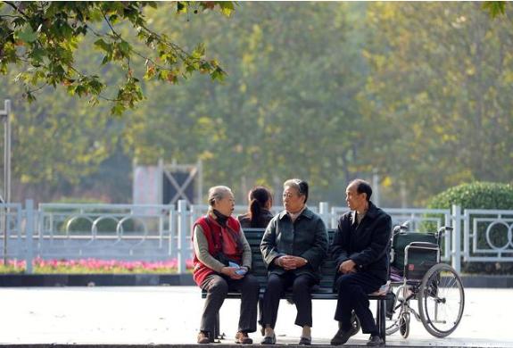 为何国外老人主动去养老院,而把中国老人送去养老院就是不孝?