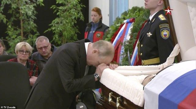 普京痛别因救人牺牲俄部长,头挨棺材悲伤难掩,面庞瞬间显苍老