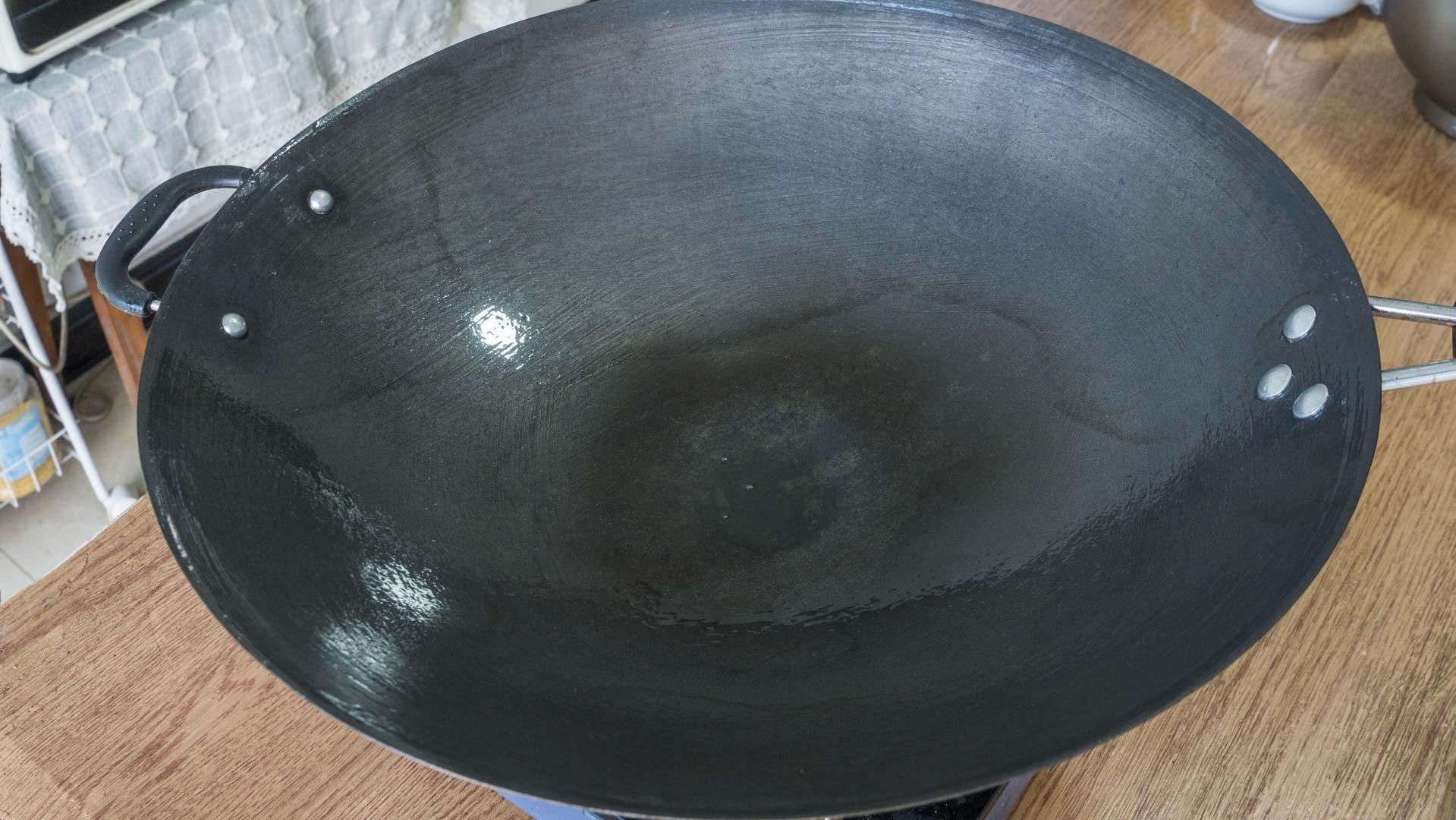新鐵鍋千萬別直接用,教你正確的開鍋方法,不粘鍋不生鏽,特實用