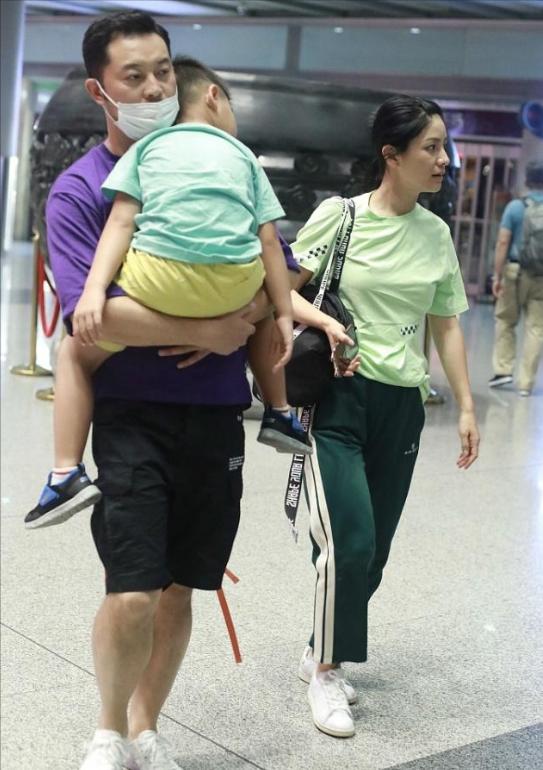 沙溢一家四口现身,妻子休闲穿搭显活力,7岁小儿子个头超妈妈肩