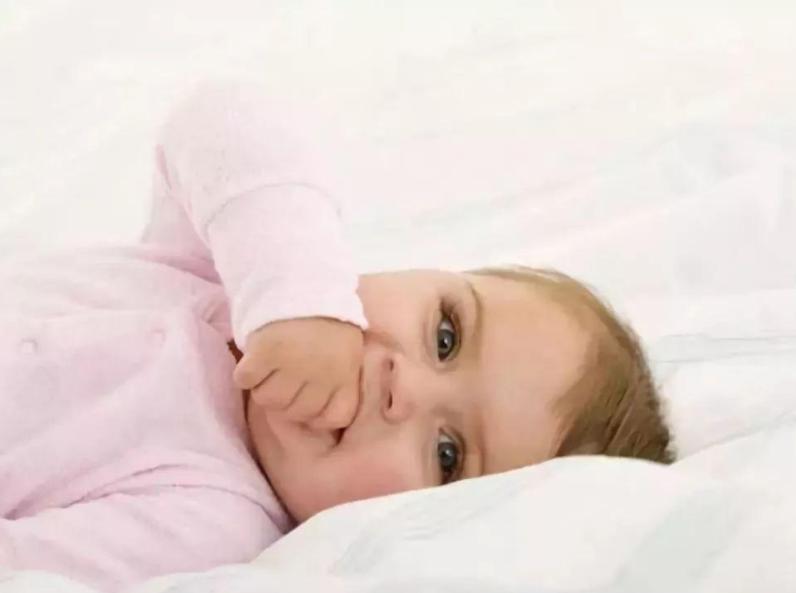 宝宝不管什么都往嘴里塞,科学解释此行为:里面藏着心理暗示