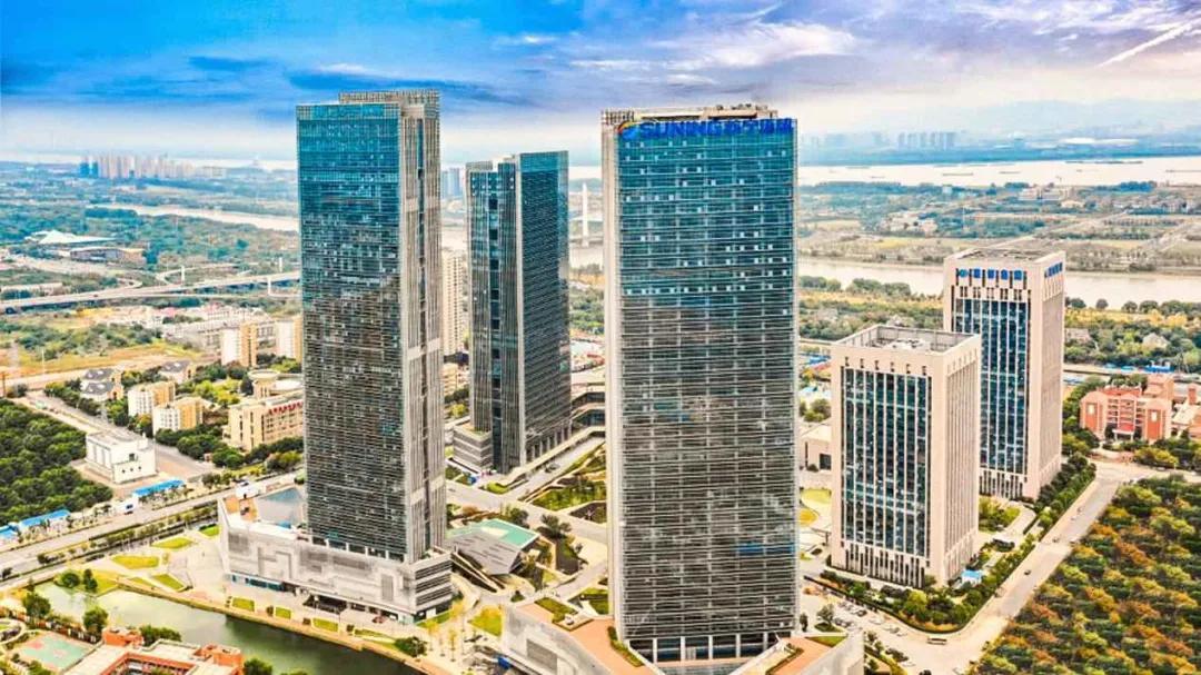 苏宁环球宣布退地,引发资金短缺还是加速转型的热议。