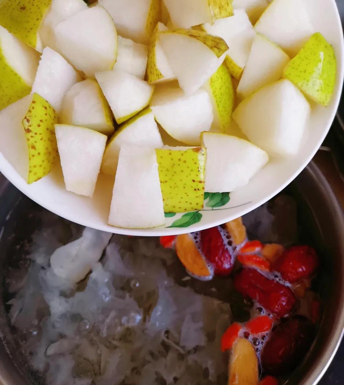 适合秋季喝的银耳梨汤 美食做法 第5张