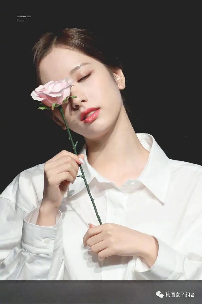 拿着粉丝送的花拍照的这位女团爱豆,知性温柔风